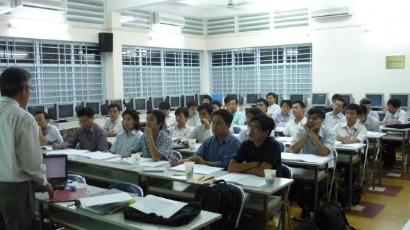 Các học viên theo dõi phần trình bày